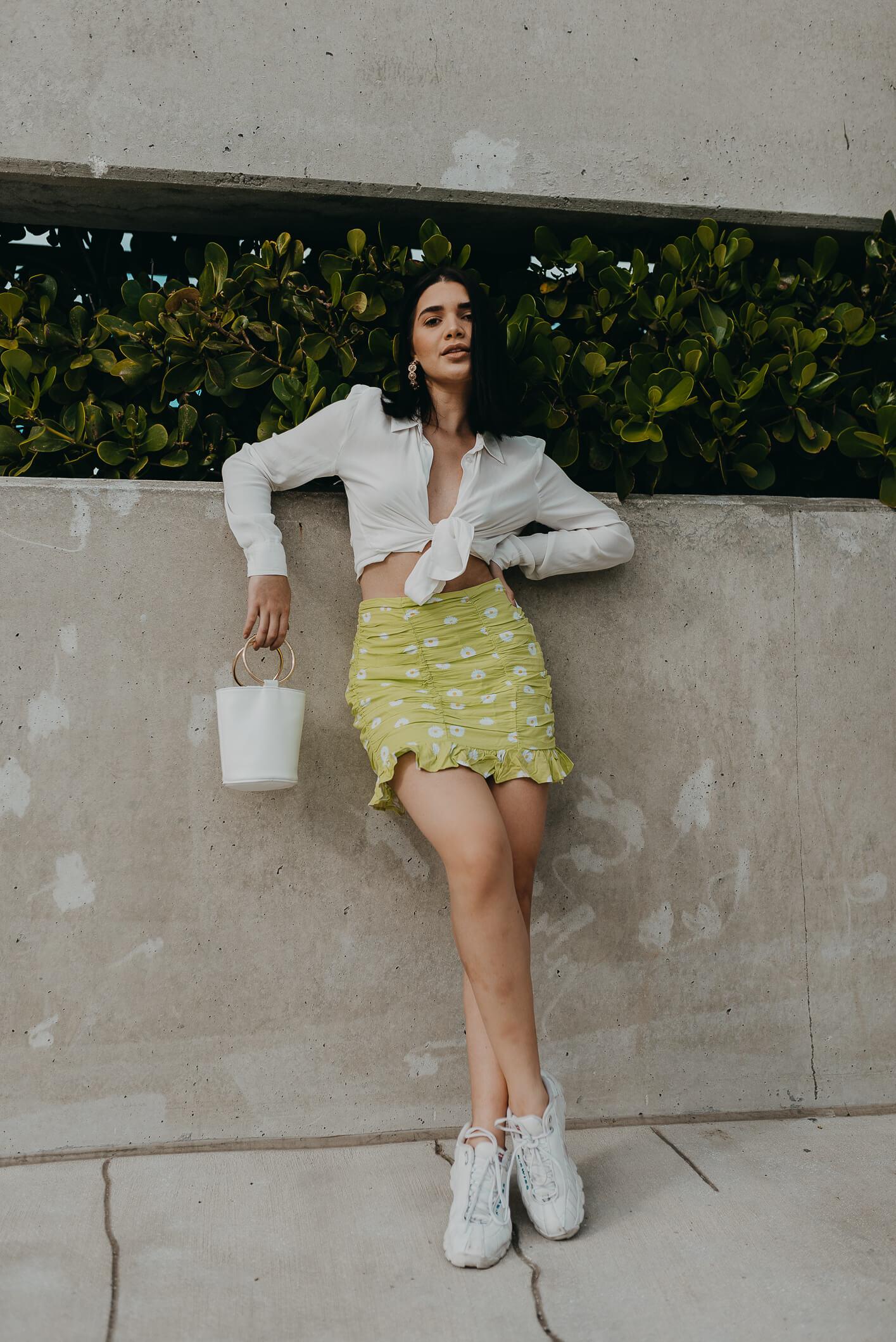 falda floreada un poco minimalista y una camisa blanca básica amarrada como top