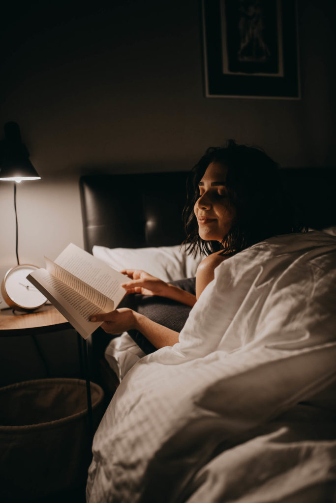Al mudarse a NYC, no puede faltar al lado de la cama esa mesita de noche y mucho menos lampara para leer