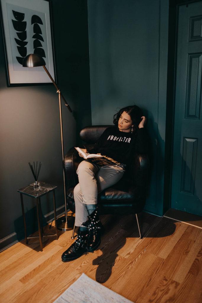 disfruta de un buen sofá y una lampara en la habitación para leer
