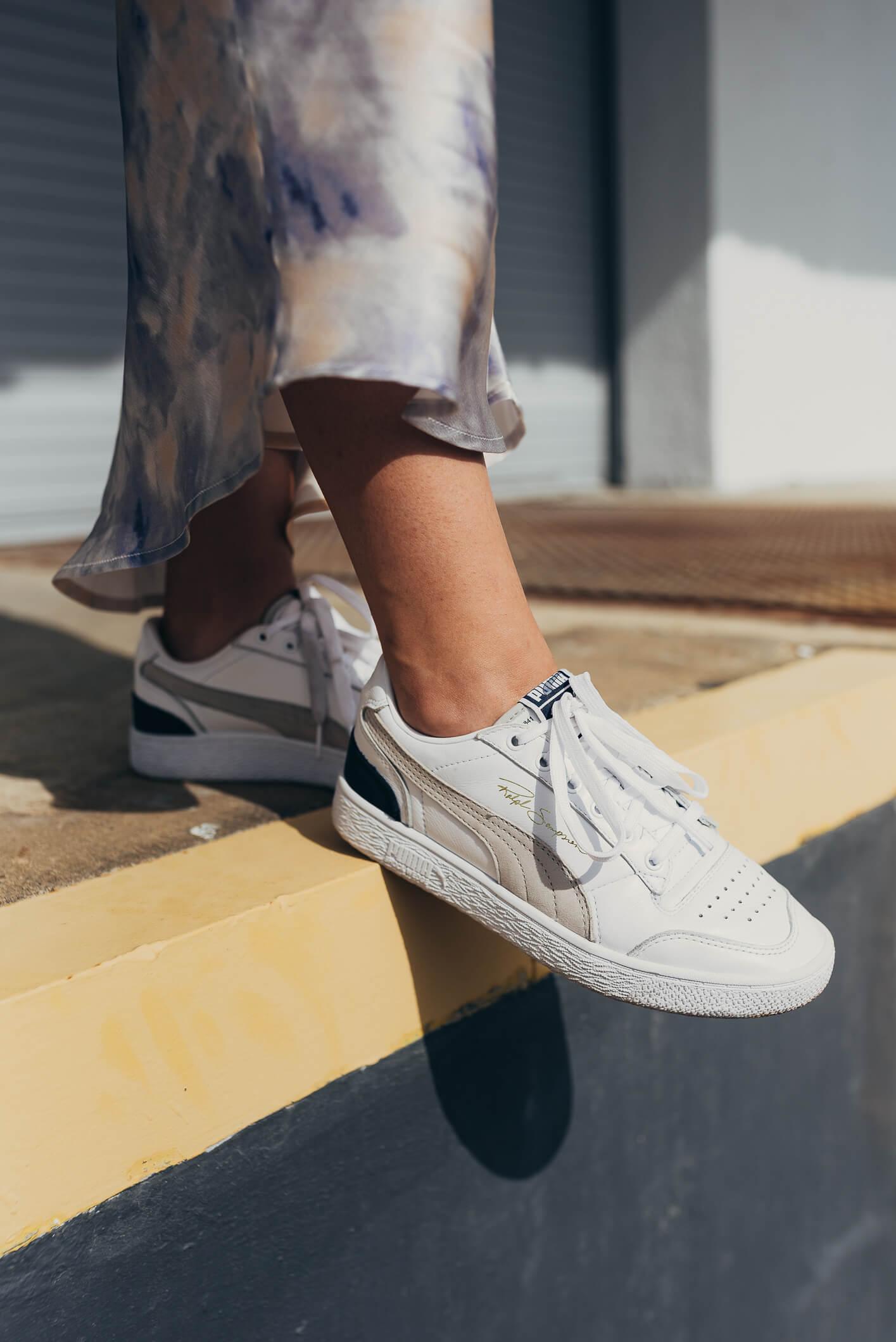 zapatos de goma blanco con falda
