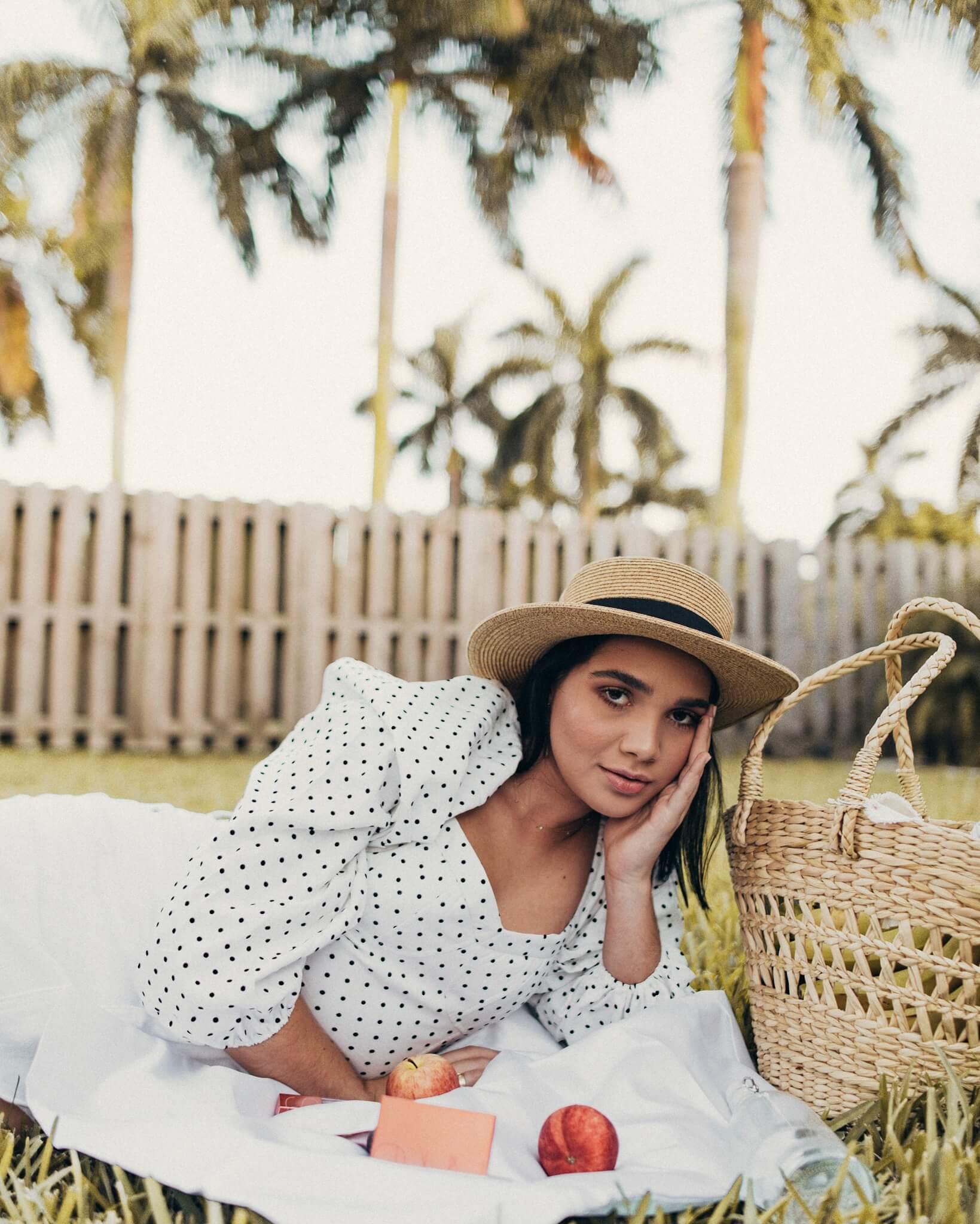 una pequeña manta como para utilizarla de mantel, saque unas manzanas una canasta para llevar bananas, flores y mis productos favoritos que no pueden faltar este verano, y disfrutar del picnic