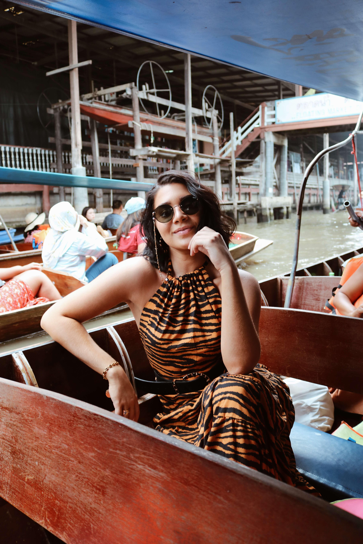 Vanessa luce un vestido Bomba, Alpargatas tejidas Soludos Sofia y cinturón de cuero sintético de cocodrilo