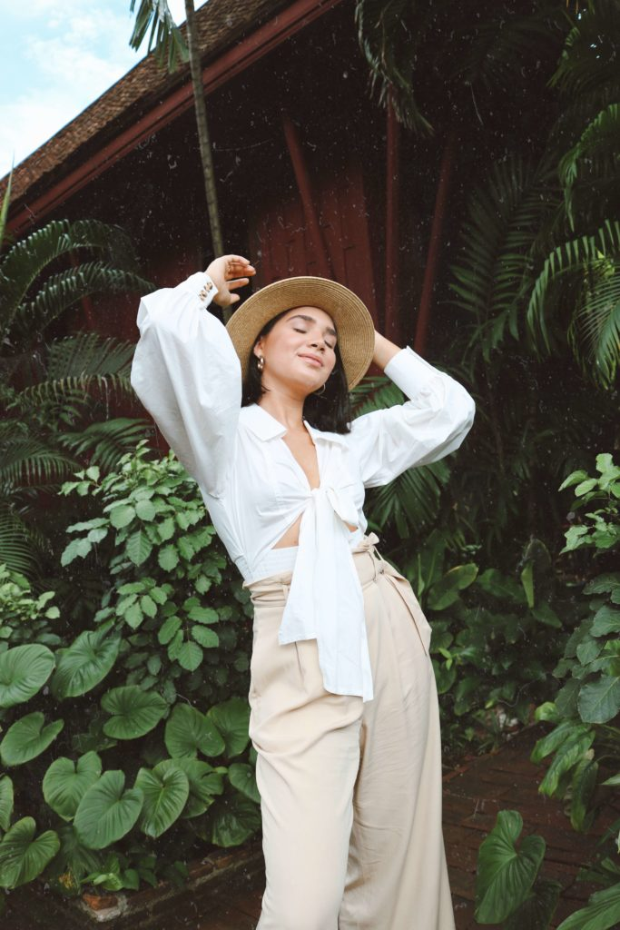 turismo por la ciudad de Bangkok incluía visita al templo lo cual opte por un top manga larga, unos pantalones y un sombrero