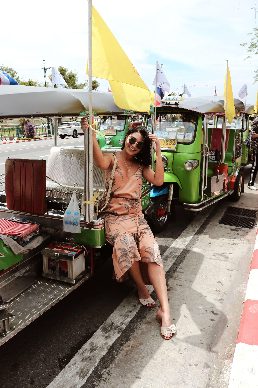 Vanessa usando un outfit de vestido largo con los hombros al aire y Sandalias de alpargata Jayme de corte ancho de ASOS DESIGN